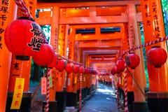 Tombeau de Fushimi Inari-taisha Portes vermillonnes innombrables de Torii de milliers sur une colline images stock