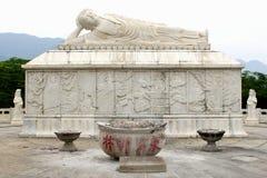 Tombeau de marbre et Zen Buddha étendu blanc, Chine Images stock