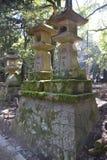 Tombeau en pierre Nara, Japon de Kasuga Taisha de lanternes Photo stock