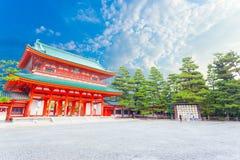 Tombeau Front Entrance Blue Sky Angled de Heian Jingu images libres de droits