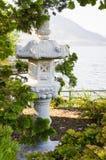 Tombeau japonais en parc près de lac Photos stock