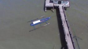 Tombeau religieux mal construit, long pont d'envergure construit au milieu du lac banque de vidéos