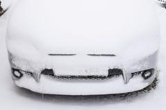 Tombent la voiture humide endormie de neige Chutes de neige de neige humide Neige se trouvant sur le Th image stock