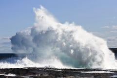 Tomber en panne ondule sur la saillie de roche photographie stock libre de droits