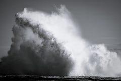Tomber en panne ondule sur la saillie de roche photo libre de droits