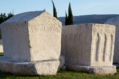 Tombes antiques de nécropole médiévale Radimlja, Bosnie et Hercegovina photos stock