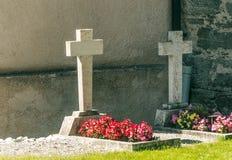 Tombes avec des fleurs Photo libre de droits