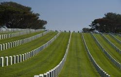 Tombes blanches dans le cimetière national de Rosecrans, San Diego, la Californie, Etats-Unis Photos stock