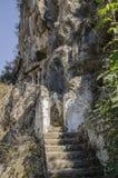 Tombes de Lycian dans les roches au-dessus de Fethiye, Turquie, dans le premier plan l'escalier menant aux tombes Images stock