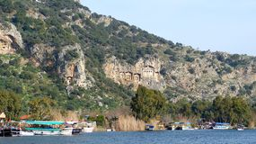 Tombes de roche de Lycian regardant fixement silencieusement vers le bas sur Dalyan Photographie stock libre de droits