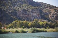 Tombes de roche de rivière d'ayı de ‡ de Dalyan Ã, site voyant des visites Turquie Image libre de droits