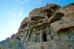 Tombes de roche de Lycian découpées dans la peine tirée un jour lumineux photos stock