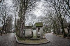 Tombes du 19ème siècle en Pere Lachaise Cemetery à Paris, France, pendant un après-midi nuageux froid d'hiver Photos stock
