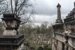 Tombes du 19ème siècle en Pere Lachaise Cemetery à Paris, France, pendant un après-midi nuageux froid d'hiver Images stock