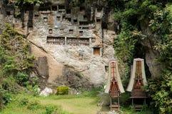 Tombes forgées antiques dans la roche Photographie stock