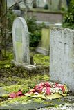Tombes sur le cementery Images stock