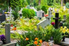 Tombes sur le cimetière catholique Photo libre de droits