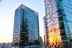 Tombole che costruiscono nell'ambito del tramonto Fotografia Stock