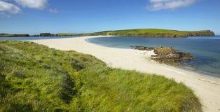 Tombolo和海滩在Bigton和圣Ninian 舍德兰群岛 苏格兰 免版税库存照片