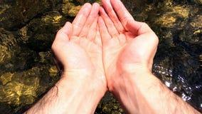 Tome el agua del río con la mano almacen de video