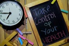 Tome el control de su salud en manuscrito colorido de la frase en la pizarra fotografía de archivo