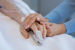 Tome el cuidado del viejo paciente imagen de archivo