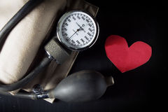 Tome el cuidado y compruebe el corazón y la presión arterial Foto de archivo libre de regalías