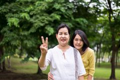 Tome el cuidado y el concepto de la ayuda, retrato del centro envejeció a la mujer asiática con los fingeres de la demostración 2 foto de archivo libre de regalías