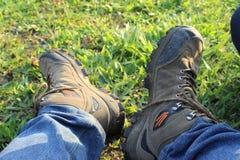 Tome el objeto de los zapatos de la montaña de mi amigo fotos de archivo