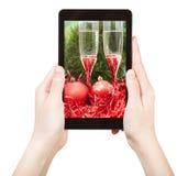 Tome a foto da vida vermelha do Xmas ainda com PC da tabuleta Fotografia de Stock Royalty Free