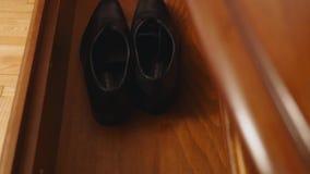 Tome a hombres los zapatos del ` s del aparador metrajes