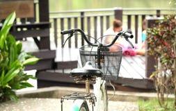Tome la bici para despejar quieren dan bei de la persona de la imagen de fondo Fotos de archivo