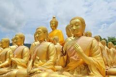 Tome la foto de Buda que la imagen de la sentada de la estatua de 1250 monjes canta alrededor de la imagen de Buda en Phuttha Utt imagen de archivo libre de regalías