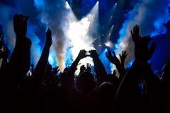 Tome la foto delante de la etapa del concierto Fotografía de archivo libre de regalías