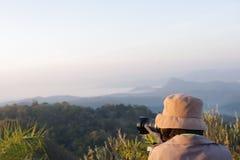 Tome la foto en el top de la montaña Foto de archivo libre de regalías