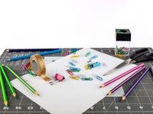 Tome las fuentes de la oficina o de escuela en una superficie cuadriculada fotos de archivo libres de regalías