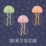 Tome-me ao cartão do oceano com medusa bonitos Foto de Stock