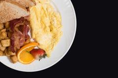 Tome o café da manhã com bacon, batatas, ovos e brinde Fotos de Stock