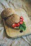 Tome o café da manhã com bagas e um rolo em uma placa de madeira Fotografia de Stock