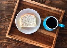 Tome o café da manhã com o copo de café preto e pão caseiro dentro com prato imagem de stock royalty free