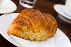 Tome o café da manhã com croissant frescos, um fim acima do tiro Foto de Stock Royalty Free