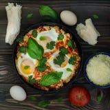 Tome o café da manhã com o shakshuka picante turco, ainda vida Fotografia de Stock Royalty Free