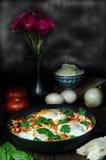 Tome o café da manhã com o shakshuka picante turco, ainda vida Foto de Stock Royalty Free