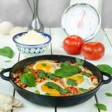 Tome o café da manhã com o shakshuka picante turco, ainda vida Fotos de Stock