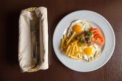 Tome o café da manhã com os ovos e o tomate fritados do bacon da batata Fotos de Stock