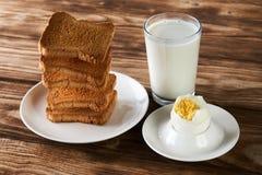 Tome o café da manhã com ovo, brindes e vidro do leite fresco imagens de stock royalty free