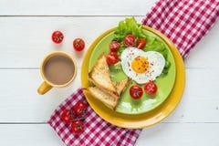 Tome o café da manhã com ovo frito coração-dado forma, brinde, tomate de cereja, deixe imagem de stock royalty free