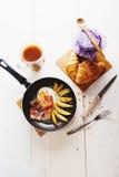 Tome o café da manhã com ovos, bacon, batatas fritas e café Foto de Stock