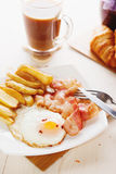 Tome o café da manhã com ovos, bacon, batatas fritas e café Imagem de Stock