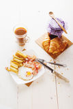Tome o café da manhã com ovos, bacon, batatas fritas e café Imagens de Stock